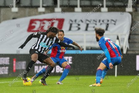 Allan Saint-Maximin of Newcastle United takes on Crystal Palace's Nathaniel Clyne and Andros Townsend  during the Premier League match between Newcastle United and Crystal Palace at St. James's Park, Newcastle on Tuesday 2nd February 2021.  (Photo by Mark Fletcher/MI News/NurPhoto)