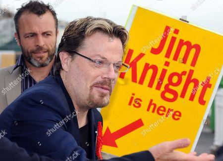 Eddie Izzard with a Jim Knight placard