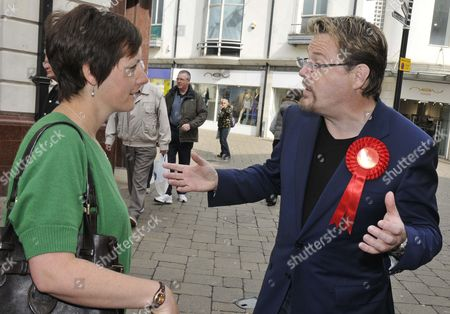 Eddie Izzard canvassing a propspective voter
