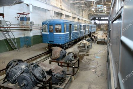 Stock-foto afA metro carriage that has 500,000km mileage goes through regular maintenance in the metro train repair shop in Dnipro, central Ukraine.