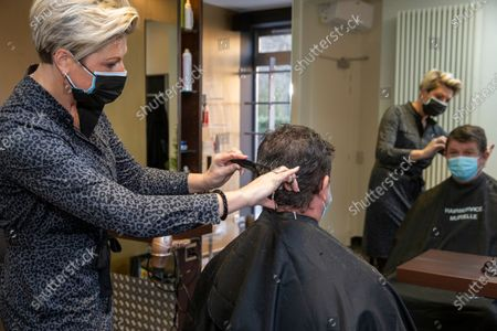 Oostende Mayor Bart Tommelein pictured during a visit to the hairdresser, Saturday 13 February 2021, in Oudenburg. The consultative committee who evaluates the measures taken to control the average number of additional Covid-19 infections in Belgium decided that hairdressers will be allowed to reopen from Today.