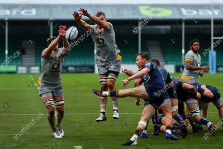 James Gaskell of Wasps and Wasps captain Brad Shields  attempt to charge down a box kick by Gareth Simpson of Worcester Warriors
