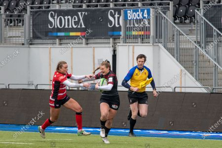 Sarah Mckenna (#15 Saracens Women) beats Kelly Smith (#14 Gloucester-Hartpury Women)