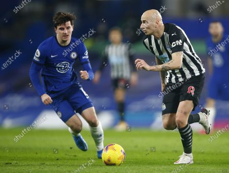 L-R Chelsea's Mason Mount and Newcastle United's Jonjo Shelvey