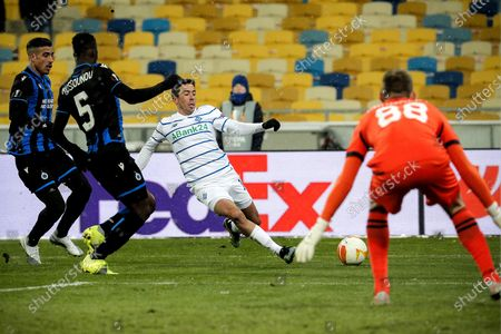 Dynamo's Carlos de Pena (C) in action during the UEFA Europa League round of 32 first leg soccer match between FC Dynamo Kyiv and Club Brugge in Kiev, Ukraine, 18 February 2021.