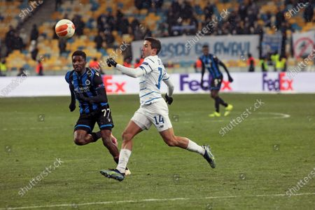 Defender Clinton Mata (L) of Club Brugge KV and midfielder Carlos de Pena of FC Dynamo Kyiv are seen in action during the UEFA Europa League Round of 32 1st leg game at the NSC Olimpiyskiy, Kyiv, capital of Ukraine.