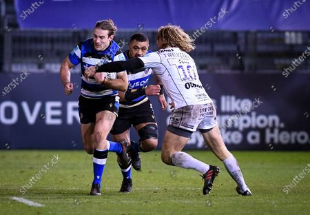 Billy Twelvetrees of Gloucester Rugby attempts a tackle on Max Clark of Bath Rugby - Bath Rugby vs Gloucester Rugby - Gallagher Premiership - 19 February 2021