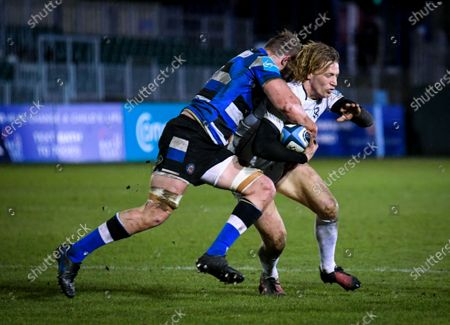 Tom Ellis of Bath Rugby attempts a tackle on Billy Twelvetrees of Gloucester Rugby - Bath Rugby vs Gloucester Rugby - Gallagher Premiership - 19 February 2021