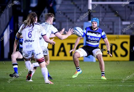 Zach Mercer of Bath Rugby in defence against Chris Harris of Gloucester Rugby - Bath Rugby vs Gloucester Rugby - Gallagher Premiership - 19 February 2021