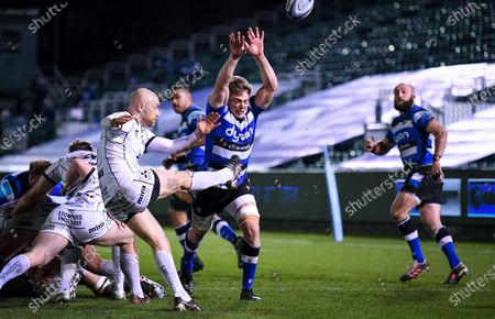 Tom Ellis of Bath Rugby attempts a charge down on Willi Heinz of Gloucester Rugby - Bath Rugby vs Gloucester Rugby - Gallagher Premiership - 19 February 2021