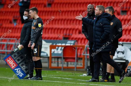 Manager Grant McCann of Hull City and Manager Darren Moore of Doncaster Rovers