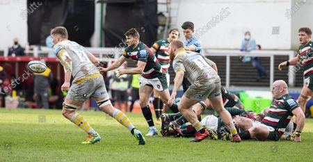 Richard Wigglesworth of Leicester Tigers passing the ball along the line after a maul; Welford Road Stadium, Leicester, Midlands, England; Premiership Rugby, Leicester Tigers versus Wasps.