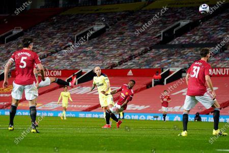 Jonjo Shelvey of Newcastle United shoots at goal