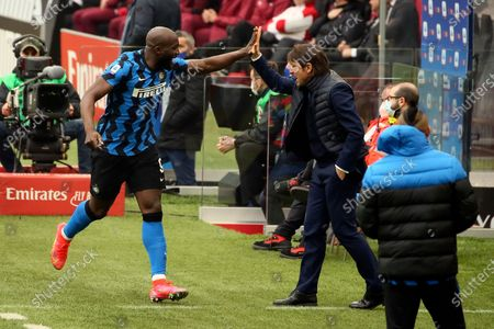 Romelu Lukaku (L) of FC Internazionale celebrates with Antonio Conte (R) after the team's first goal during the Serie A match between AC Milan and FC Internazionale at Stadio Giuseppe Meazza on February 21, 2021 in Milan, Italy.