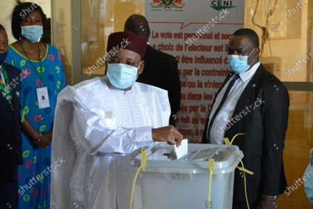 The outgoing Nigerien President Mahamadou Issoufou casts his vote at a polling station in Niamey, Niger, Feb. 21, 2021. Voting for the second round of Niger's presidential election began on Sunday as more than 7.4 million Nigeriens are expected at polling stations to choose the successor of the outgoing president Mahamadou Issoufou.