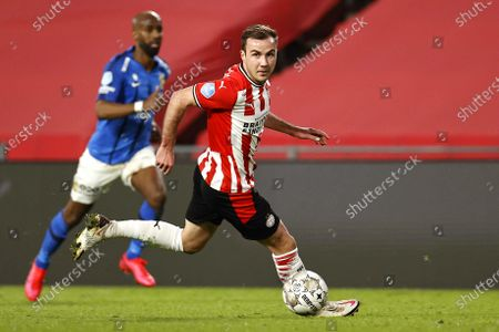 Mario Goetze (R) of PSV Eindhoven in action during the Dutch Eredivisie soccer match between PSV Eindhoven and Vitesse Arnhem in Eindhoven, Netherlands, 21 February 2021.