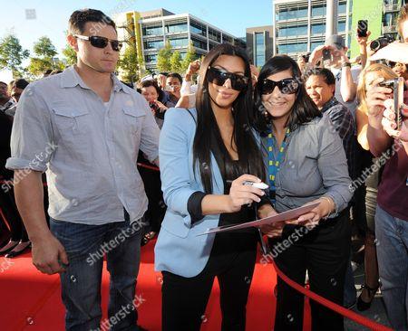Kim Kardashian West (C), fan and bodyguard Shengo Deane (L)