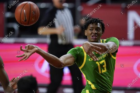 Oregon forward Chandler Lawson (13) passes the ball during the first half of an NCAA college basketball game against Southern California, in Los Angeles