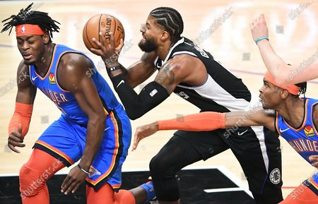 LOS ANGELES, CALIFORNIA JANUARY 22, 2021-Clippers Kawhi Leonard drives to the basket between Thunders Luguentz Dort, left, and Shai Gilgeous-Alexander in the 2nd quarter at the Staples Center Friday. (Wally Skalij/Los Angeles Times)