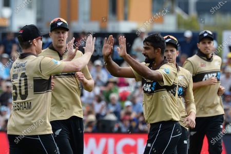 New Zealand's Ish Sodhi (3R) celebrates the dismissal of Australia's Aaron Finch with his teammates during the second Twenty20 international cricket match between New Zealand and Australia at University Oval in Dunedin, New Zealand