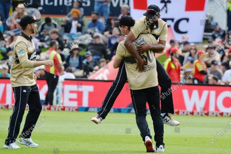 New Zealand's Ish Sodhi is lifted by his teammate Jimmy Neesham as they celebrate the dismissal of Australia's Glenn Maxwell