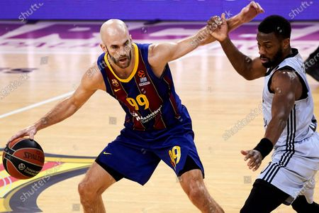 Barcelona's Nick Calathes (L) in action against Villeurbanne's Norris Cole (R) during the Euroleague basketball match between FC Barcelona and Asvel Villeurbanne at Palau Blaugrana in Barcelona, Spain, 26 February 2021.