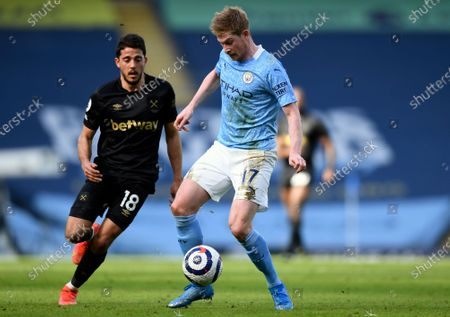 Manchester City's Kevin De Bruyne, right, duels for the ball with West Ham's Pablo Fornals during the English Premier League soccer match between Manchester City and West Ham United at the Etihad stadium in Manchester, England
