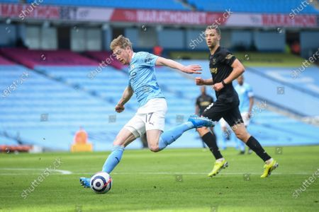 Kevin De Bruyne (L) of Manchester City in action during the English Premier League soccer match between Manchester City and West Ham United in Manchester, Britain, 27 February 2021.