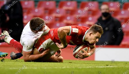Liam Williams of Wales beats Owen Farrell of England to score try.