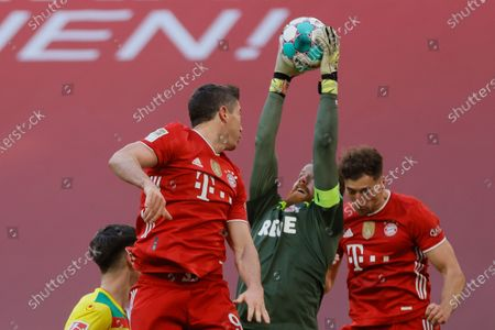 Bayern's Robert Lewandowski (L) in action against Cologne's goalkeeper Timo Horn (C) during the German Bundesliga soccer match between Bayern Munich and 1. FC Koeln in Munich, Germany, 27 February 2021.