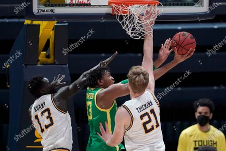 Oregon forward Chandler Lawson, center, shoots between California forwards Kuany Kuany (13) and Lars Thiemann (21) during the second half of an NCAA college basketball game in Berkeley, Calif