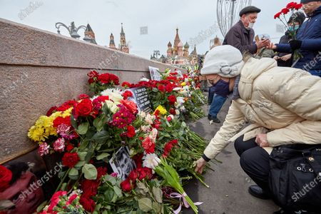 A woman laying flowers during the memorial.More than 10 thousand people took part in the memory of Boris Nemtsov on the sixth anniversary of the murder of the politician. Among them are former Prime Minister Mikhail Kasyanov, politicians Ilya Yashin, Dmitry Gudkov, Grigory Yavlinsky and Yulia Galyamina, political prisoners Konstantin Kotov and Anna Pavlikova, and Yulia Navalnaya.