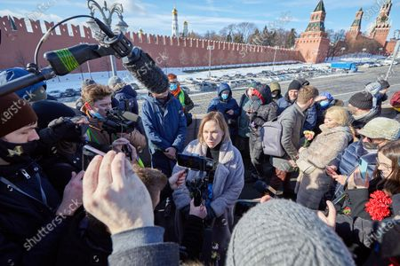 Tatyana Usmanova, human rights activist and coordinator of Open Russia, speaking to journalists, during the memorial.More than 10 thousand people took part in the memory of Boris Nemtsov on the sixth anniversary of the murder of the politician. Among them are former Prime Minister Mikhail Kasyanov, politicians Ilya Yashin, Dmitry Gudkov, Grigory Yavlinsky and Yulia Galyamina, political prisoners Konstantin Kotov and Anna Pavlikova, and Yulia Navalnaya.