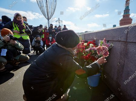A woman straightens flowers during the memorial.More than 10 thousand people took part in the memory of Boris Nemtsov on the sixth anniversary of the murder of the politician. Among them are former Prime Minister Mikhail Kasyanov, politicians Ilya Yashin, Dmitry Gudkov, Grigory Yavlinsky and Yulia Galyamina, political prisoners Konstantin Kotov and Anna Pavlikova, and Yulia Navalnaya.