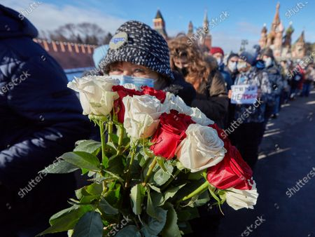A elderly woman with a bouquet of roses during the memorial.More than 10 thousand people took part in the memory of Boris Nemtsov on the sixth anniversary of the murder of the politician. Among them are former Prime Minister Mikhail Kasyanov, politicians Ilya Yashin, Dmitry Gudkov, Grigory Yavlinsky and Yulia Galyamina, political prisoners Konstantin Kotov and Anna Pavlikova, and Yulia Navalnaya.