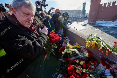 The leader of the Yabloko party, Grigory Yavlinsky laying flowers during the memorial.More than 10 thousand people took part in the memory of Boris Nemtsov on the sixth anniversary of the murder of the politician. Among them are former Prime Minister Mikhail Kasyanov, politicians Ilya Yashin, Dmitry Gudkov, Grigory Yavlinsky and Yulia Galyamina, political prisoners Konstantin Kotov and Anna Pavlikova, and Yulia Navalnaya.