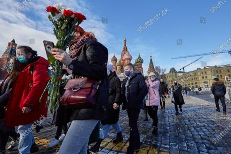 Crowds of people from the subway carry flowers during the memorial.More than 10 thousand people took part in the memory of Boris Nemtsov on the sixth anniversary of the murder of the politician. Among them are former Prime Minister Mikhail Kasyanov, politicians Ilya Yashin, Dmitry Gudkov, Grigory Yavlinsky and Yulia Galyamina, political prisoners Konstantin Kotov and Anna Pavlikova, and Yulia Navalnaya.