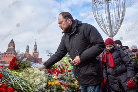 Opposition politician Vladimir Kara-Murza laying flowers during the memorial.More than 10 thousand people took part in the memory of Boris Nemtsov on the sixth anniversary of the murder of the politician. Among them are former Prime Minister Mikhail Kasyanov, politicians Ilya Yashin, Dmitry Gudkov, Grigory Yavlinsky and Yulia Galyamina, political prisoners Konstantin Kotov and Anna Pavlikova, and Yulia Navalnaya.