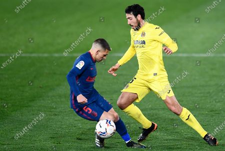Atletico Madrid's Lucas Torreira, left, fights for the ball with Villareal's Dani Parejo during the Spanish La Liga soccer match between Villarreal and Atletico Madrid at the Ceramica stadium in Villarreal, Spain