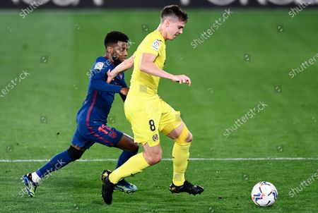 Villareal's Juan Foyth, right, is challenged by Atletico Madrid's Thomas Lemar during the Spanish La Liga soccer match between Villarreal and Atletico Madrid at the Ceramica stadium in Villarreal, Spain