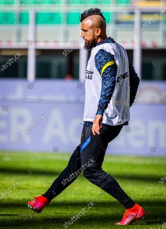 Arturo Vidal of FC Internazionale warms up