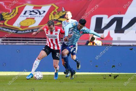 Mario Gotze (PSV) duels Edson Alvarez of Ajax