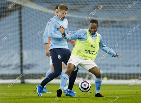 Raheem Sterling and Kevin De Bruyne of Manchester City warm up ahead of the game
