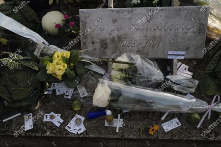 """Flowers, cigarettes and subway tickets decorate the grave of late French musician, song writer and singer Serge Gainsbourg at Montparnasse cemetery in Paris, France, . Three decades after his death, Gainsbourg's music has reached legendary stature in France, and he has also gained a cult following in the English-speaking world with chart success in the United Kingdom and the United States with """"Je t'aime... moi non plus"""" and """"Bonnie and Clyde"""", respectively"""