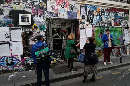 """Fans gather to pay tribute to late French musician, song writer and singer Serge Gainsbourg outside his house in Paris, France, . Three decades after his death, Gainsbourg's music has reached legendary stature in France, and he has also gained a cult following in the English-speaking world with chart success in the United Kingdom and the United States with """"Je t'aime... moi non plus"""" and """"Bonnie and Clyde"""", respectively"""