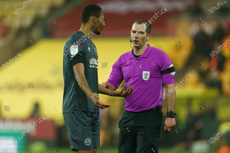 Referee Tim Robinson talks to Ethan Pinnock of Brentford (5)