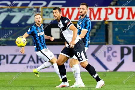 Parma's Graziano Pelle (C) and Inter's Stefan de Vrij (R) in action during the Italian Serie A soccer match between Parma Calcio and Inter Milan at Ennio Tardini stadium in Parma, Italy, 04 March 2021.