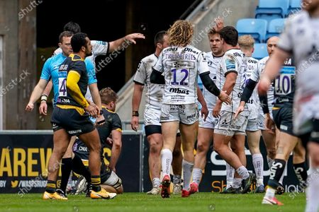 Chris Harris of Gloucester celebrates his try with team mates in the 33rd minute for 17-0 after the conversion; Ricoh Arena, Coventry, West Midlands, England; English Premiership Rugby, Wasps versus Gloucester.