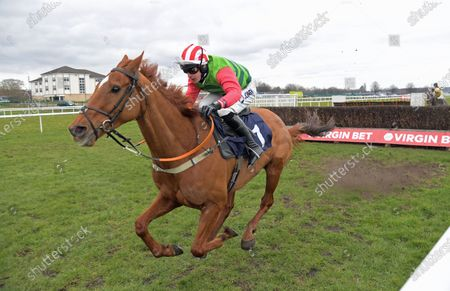 RAVENHILL ROAD with Ryan Mania wins Virgin Bet Handicap Chase at Doncaster