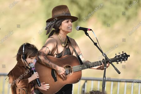 """Linda Perry and her son Rhodes perform """"What's? Up"""" during Rock 'N' Relief, in Los Angeles"""